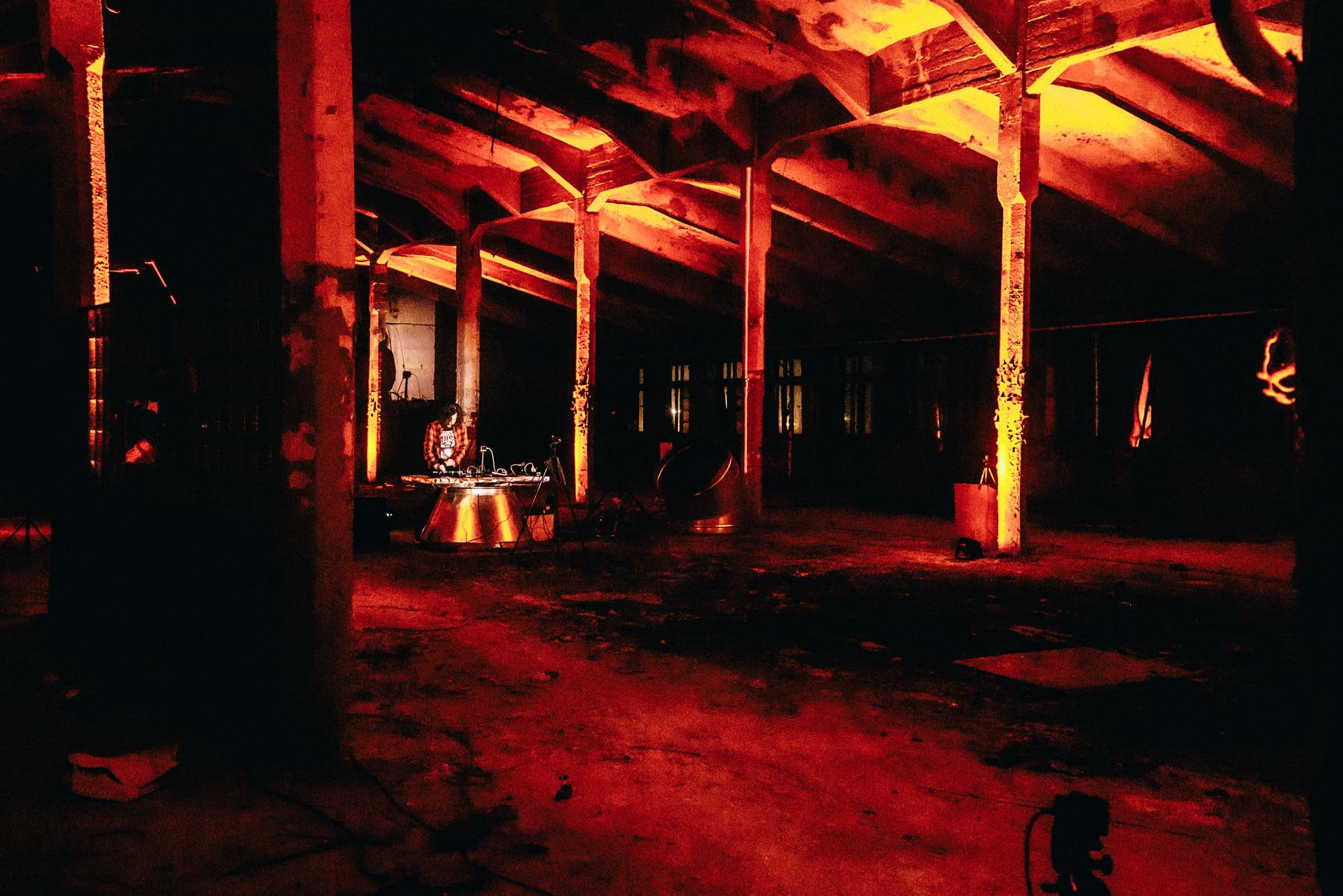 Provodņik telpās notika elektroniskās mūzikas tiešsaistes koncerts
